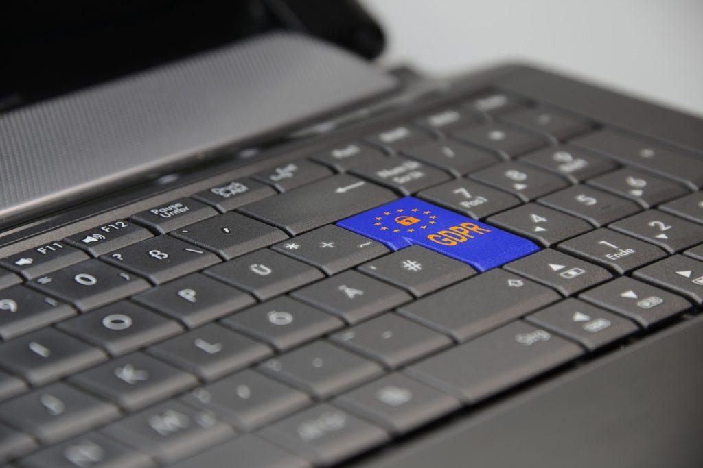 Laptop-Tastatur mit Enter-Taste, die mit GDPR beschriftet ist