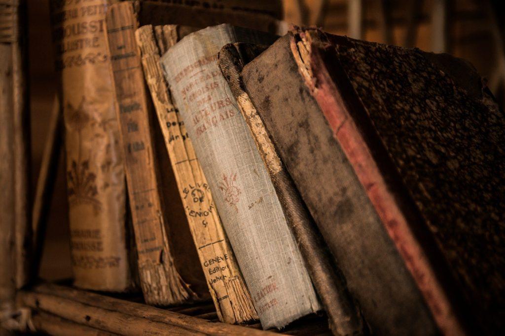 Alte, historische Bücher in einem Bücherregal