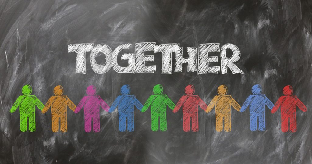 """Tafelbild mit vielen Menschen und dem Schriftzug """"Together"""""""