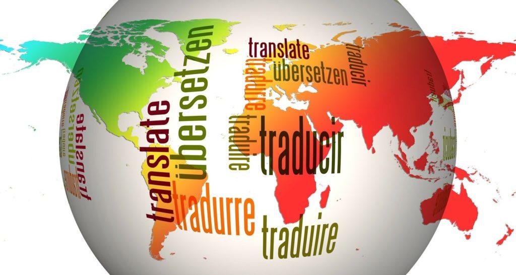 """Weltkugel mit dem Text """"übersetzen"""" in verschiedenen Sprachen"""